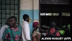 Wapiga kura wajitokeza katika uchaguzi wa rais Jumapili katika kituo cha kupiga kura shule ya Barthelemy Boganda huko wilaya Bangui, Disemba 27, 2020. (Photo by ALEXIS HUGUET / AFP)