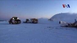 Xe cào tuyết dọn dẹp đường băng sau trận bão dữ dội