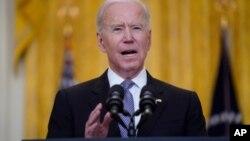 El presidente Joe Biden habla en el Salón Este de la Casa Blanca, en Washington, el 17 de mayo de 2021