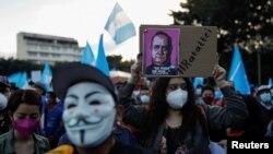 Manifestantes demandan la renuncia del presidente Alejandro Giammattei en Ciudad de Guatemala, el 28 de noviembre de 2020.