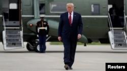 Predsednik SAD Donald Tramp ispred predsedničkog helikoptera na aerodromu O'Her u Čikagu, 28. oktobra 2019. (Foto: Reuters/Leah Millis)