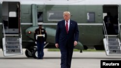 Perezida Trump agira ave ku kivuga c'indege mpuzamakungu O'Hare i Chicago, muri Illinois, Kw'itariki 28/10/2019.