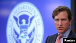 资料照片:时任美国网络国土安全部副部长的克雷布斯在弗吉尼亚州阿灵顿对记者们讲话。(2018年11月6日)
