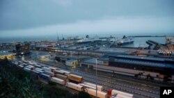 Kamioni čekaju da se ukrcaju u trajekte u luci Dover, 1. februara 2020.
