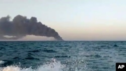 Tàu chiến Iran Kharg bốc cháy ngoài khơi vịnh Oman, ngày 2/6/2021.