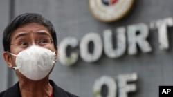 Maria Ressa, CEO dan Editor Eksekutif Rappler, situs berita online Filipina, mengenakan masker saat memberikan keterangan kepada wartawan di luar Pengadilan Banding Pajak di Manila, Filipina, Kamis, 4 Maret 2021.