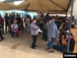 Bajo una carpa y un fuerte calor, la espera es larga en el centro de vacunación contra COVID-19 en BanZul, Maracaibo, Venezuela, el 29 de julio de 2021. Foto cortesía.