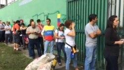 Venezolanos asisten a votar en plebiscito convocado por la oposición