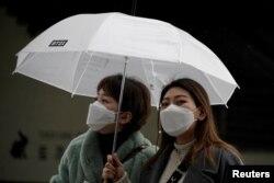 Hành khách đáp xe lửa mang khẩu trang chống virus Covid-19 bên ngoài Ga Seoul, Hàn quốc hôm 25/2/2020. REUTERS/Kim Hong-Ji