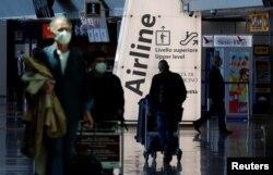 이탈리아 피우치미노 공항의 여행객들.
