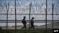 Tentara Korea Selatan berpatroli di Zona Demiliterisasi yang memisahkan Korea Utara dan Korea Selatan, di Pulau Ganghwa, 23 April 2020.