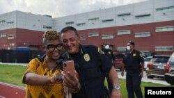 El jefe de la policía de Houston (Texas) se fotografía con una residente de la ciudad.