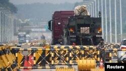 17일 한국 경기도 파주에서 군인들이 북한 개성공단으로 향하는 통일대교 입구를 지키고 있다.