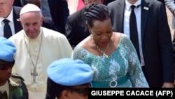 L'ancienne présidente par intérim centrafricaine Catherine Samba Panza accueillant le pape François à Bangui le 29 novembre 2015.