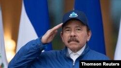 El presidente de Nicaragua, Daniel Ortega, saluda durante una ceremonia para conmemorar el 199 aniversario del Día de la Independencia, en Managua, el 15 de septiembre de 2020.