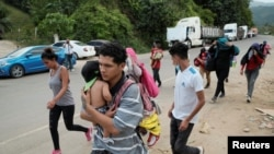 Hondureños que participan en una nueva caravana de migrantes caminan cerca de la frontera con Guatemala el 30 de marzo de 2021.