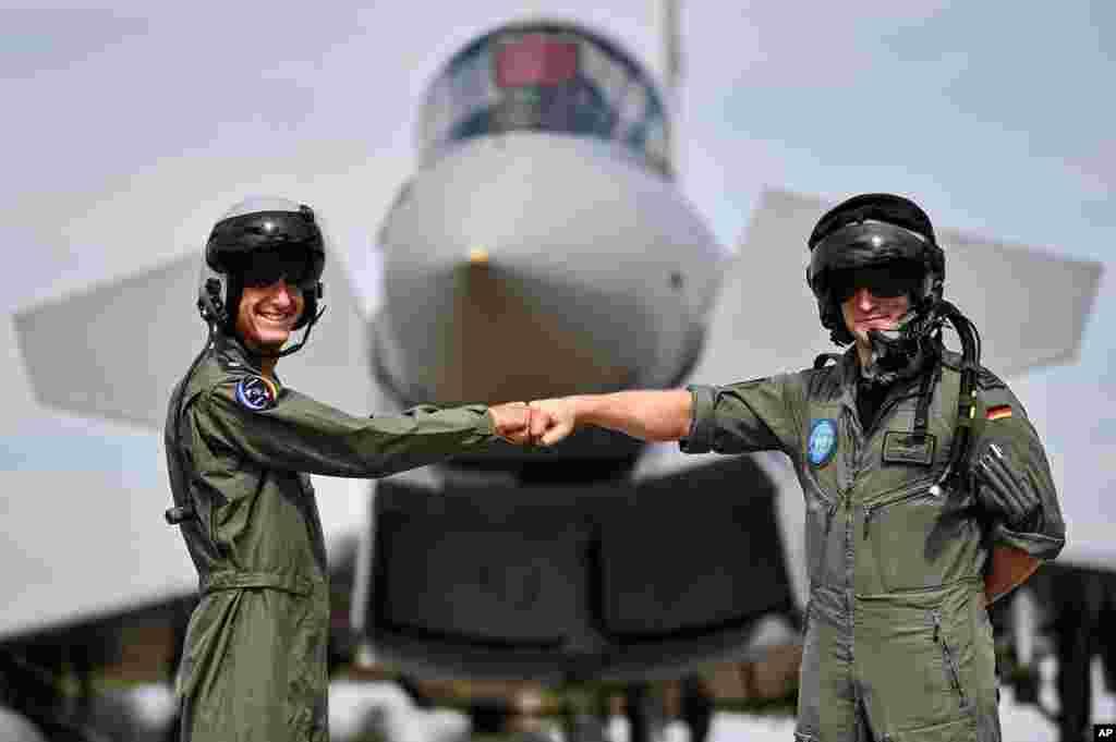 دو خلبان اسرائیلی و آلمانی در حاشیه مانور مشترک هوایی دو کشور.