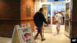 Hyrja e një qendre votimi në Bonita Springs, Florida.