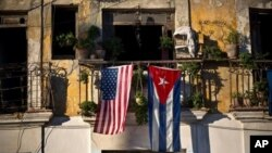Bendera AS dan Kuba tergantung di sebuah balkon di kawasan Old Havana, Kuba, 19 Desember 2014.