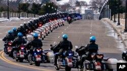 資料照片:美國國會警察摩托車隊為國會警察希克尼克的靈柩護送開路,前往阿靈頓國家公墓。 (2021年2月3日)