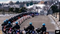 Фото: поліцейські Капітолію вшановують пам'ять поліцейського Браяна Сикника, який загинув під час подій 6 січня