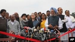 លោក Manmohan Singh (រូបកណ្តាល) ថ្លែងសេចក្តីថ្លែងការណ៍មួយ កាលពីថ្ងៃទី២៧ ខែកុម្ភៈ ឆ្នាំ២០២០។