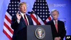 Presiden AS Donald Trump bersama penasihat keamanan nasional AS John Bolton (kanan) pada konferensi pers di markas NATO di Brussels, Belgia 12 Juli 2018 (foto: dok).
