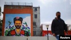 Un mural de Frida Khalo con una mascarilla se observa en la pared de un edificio en Ciudad de México, el 24 de septiembre de 2020.