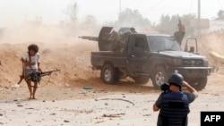 Umunyamakuru akurikirana imirwano hagati y'abarwana muri Libiya, mu bumanuko bwa Tripoli, itarliki 25/05/2019.
