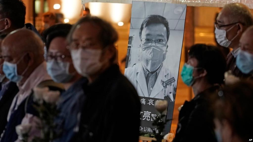 香港民众戴着口罩为李文亮医生举行烛光守夜纪念仪式。(2020年2月7日)