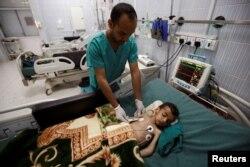 Petugas medis merawat seorang anak di rumah sakit Sanaa (foto: dok). Banyak anak Yaman menderita malnutrisi akibat perang dan kekurangan pangan.