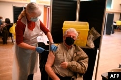 Doctor Susan Fairhead adminsters an injection of Pfizer/BioNTech Covid-19 vaccine at a vaccination centre set up at Thornton Little Theatre managed by Wyre Council in Thornton-Cleveleys, northwest England, on January 29, 2021 as Britain's…