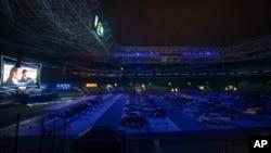 មនុស្សម្នាកំពុងមើលកុនដោយអង្គុយនៅក្នុងឡានរបស់ខ្លួន នៅឯកីឡដ្ឋានបាល់ទាត់ Palmeiras នៅទីក្រុង Sao Paulo ប្រទេសប្រេស៊ីល កាលពីថ្ងៃទី២៥ មិថុនា ២០២០។