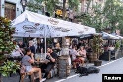 5일 미국 뉴욕의 식당에서 시민들이 식사를 하고 있다.