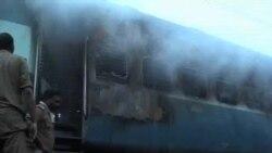 印度一列客車起火30多人喪生