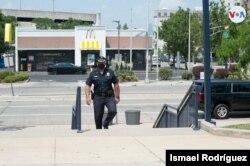 """El teniente Gabriel Rodríguez, nació, creció y ofrece sus servicios en la ciudad de Camden, Nueva Jersey. Explicó a la VOA que antes de la reforma policial, este sitio era visto como """"la meca de la heroína"""". [Fotografía: Ismael Rodríguez]."""