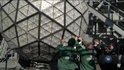 До США Новий рік приходить з падінням кришталевої кулі у центрі Нью-Йорка на Таймс-сквер. Відео