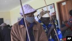 Mtu na mkewe wakisubiri kupata chanjo ya COVID-19 katika kituo cha afya cha Butanda magharibi mwa Uganda, April 27, 2021.