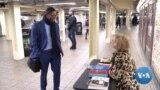 """คนรักภาษาได้ปรึกษาไวยกรณ์ภาษาอังกฤษฟรี ที่ """"โต๊ะเเกรมมา"""" ที่รถไฟใต้ดินในนิวยอร์ก"""