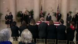 最高法院大法官参加仪式纪念金斯伯格