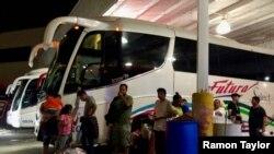 Meksika hükümeti ABD sınırında bekleyen 350 Orta Amerikalı göçmeni sekiz otobüse bindirip ülkenin en güneyindeki Chiapas eyaletine bıraktı.