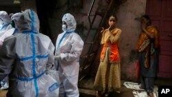 Zdravstveni radnici pregledaju stanovnike Daravija, jednog od najvećih sirotinjskih naselja u Aziji, 3. avgusta 2020.