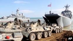 23일 크림반도에서 러시아군 장갑차들이 상륙함에 오르고 있다.