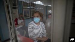 Maritza Díaz, de 63 años, espera ser inoculada con una dosis de la vacuna Sputnik V COVID-19 en el hospital público Pérez Carreño en Caracas, Venezuela, el 9 de abril de 2021.