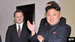 지난 2014년 1월 미국 전직 프로농구선수 데니스 로드먼과 평양을 방문한 캐나다인 사업가 마이클 스페이버(왼쪽) 씨가 김정은 북한 국무위원장의 발언을 듣고 있다.