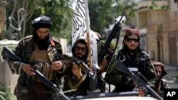 塔利班武裝人員在喀布爾街頭巡邏。 (2021年8月19日)