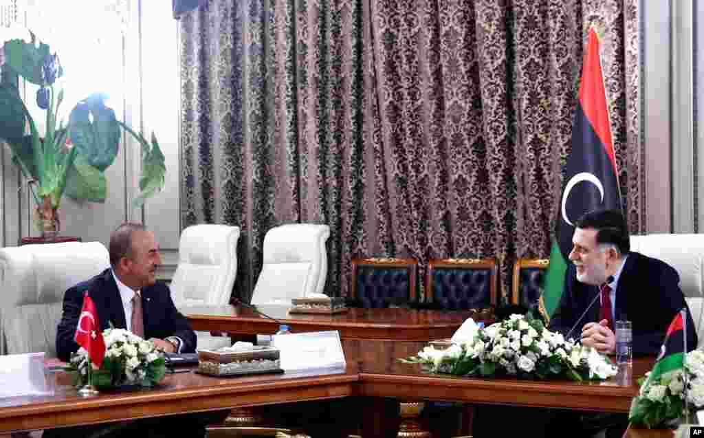 FILE - Waziri wa Mambo ya Nje wa Uturuki Mevlut Cavusoglu, kulia and Fayez Sarraj, Mkuu wa serikali ya Libya inayotambuliwa kimataifa wakiwa katika mazungumzo Tripoli, Libya, June 17, 2020.
