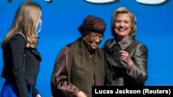 La présidente libérienne Ellen Johnson Sirleaf et Hillary Clinton avec sa fille Chelsea lors d'un événement sur l'égalité des genres à Washington, le 9 mars 2015.