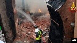Seorang petugas pemadam kebakaran memadamkan api di Cavallerizza Reale, istal kerajaan bagian dari situs Warisan Dunia UNESCO di pusat kota Turin, Italia, Senin 21 Oktober 2019. (Vigili del Fuoco via AP).