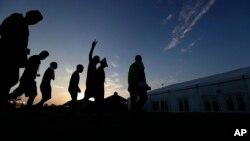 2019年7月9日德克萨斯: 日出时移民被护送到一个帐篷食堂。